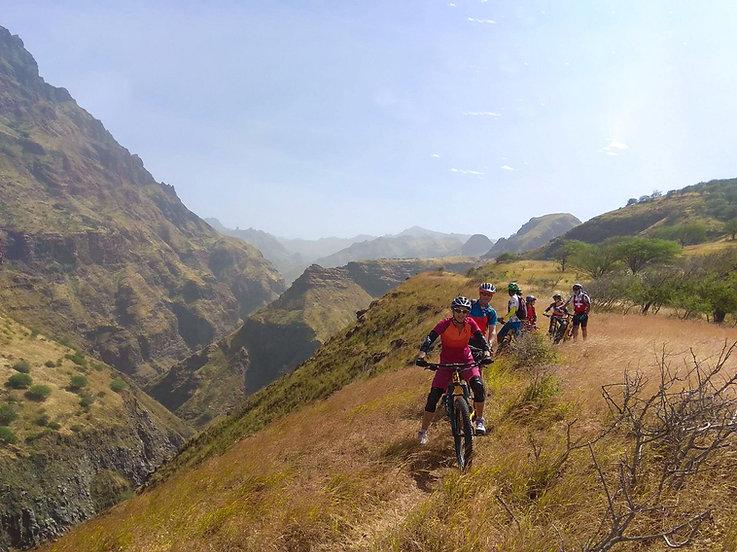 Eine Gruppe beim Biken in Kap Verde mit TrailTravel