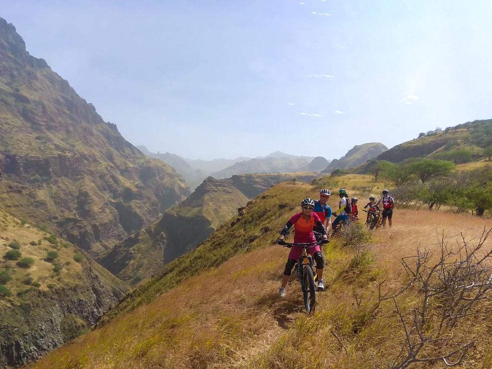 Gruppe beim Biken auf der Insel Santiago in Kap Verde
