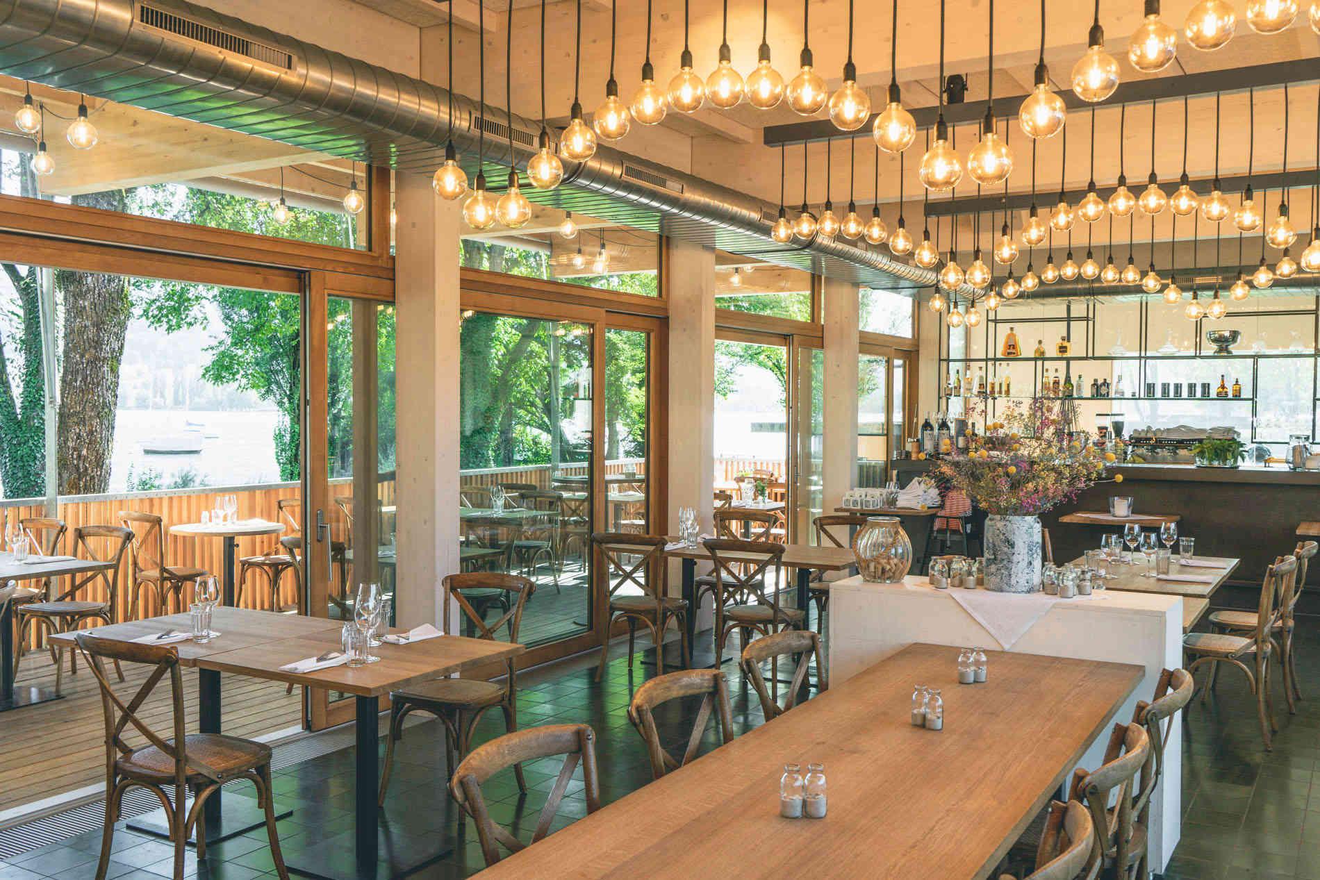 Seehaus Grill Luzern - Restaurant innen mit Blick auf Terrasse