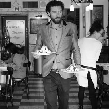 Luca Eichmann serviert Dessert in der Brasserie Bodu