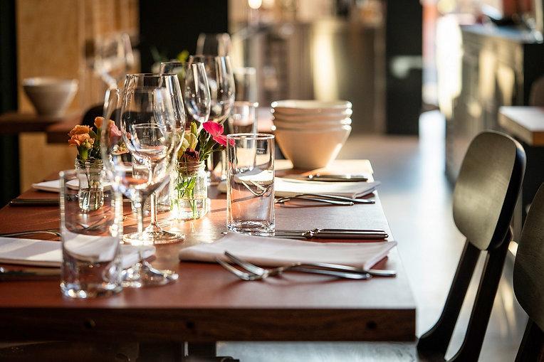 Gedeckter Tisch für das Abendessen im Restaurant Zur Werkstatt Zürich