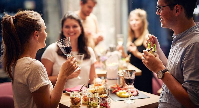 Werkstatt-Party - Gäste mit Rotwein und Apéro Riche
