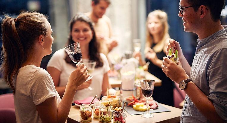 Leute mit Weingläsern und Apéro bei einem Event im Restaurant Zur Werkstatt Luzern