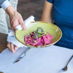 Vegetarische Ravioli mit Randen werden serviert im Seerestaurant Kastanienbaum