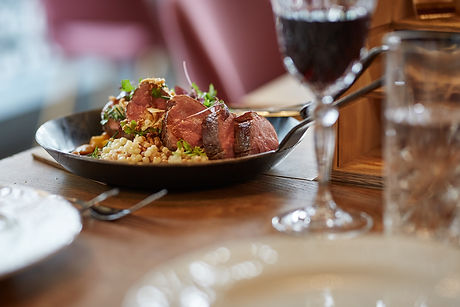 Fleischgericht in Pfanne serviert im Restaurant Zur Werkstatt