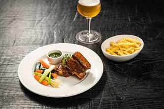 Restaurant Brauwerk - Marinierte Ribs mit Beilagen und Bier