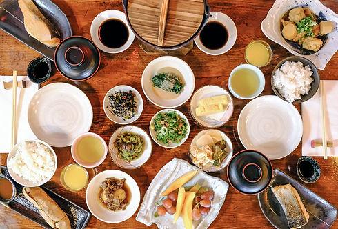 Japanischer Brunch mit verschiedenen frischen Gerichten