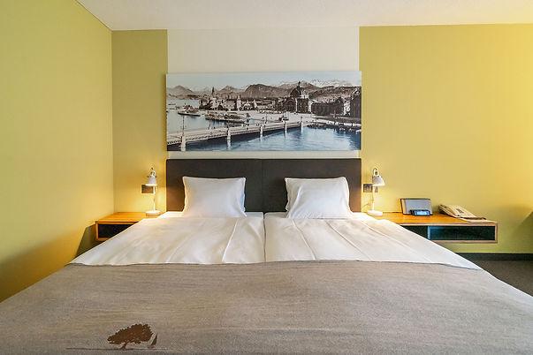 Blick auf ein Bett im Seehotel Kastanienbaum
