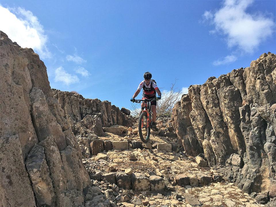 Mann beim Biken in Kap Verde mit TrailTravel