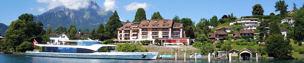 Blick vom See auf das Seehotel Kastanienbaum und dem Kursschiff Saphir