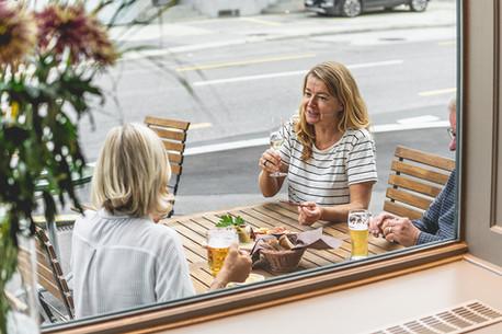 Gäste beim Apéro im Restaurant Libelle
