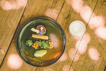 Gourmetmenü auf Holztisch