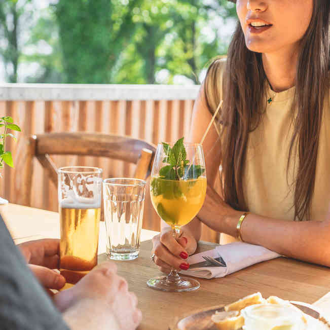 Seehaus Grill Luzern - Gäste mit Apéro auf Terrasse im Sommer