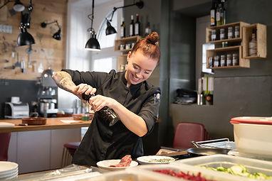 Sandra Burri beim Kochen im Restaurant Zur Werkstatt Luzern