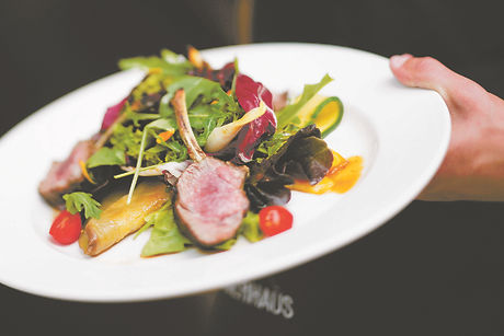 Fleischgericht mit Beilagen wird serviert im Restaurant Lagerhaus