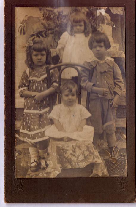 D. Sinhá (em pé a esquerda)