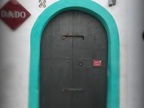 Qu'y a-t-il derrière la porte?