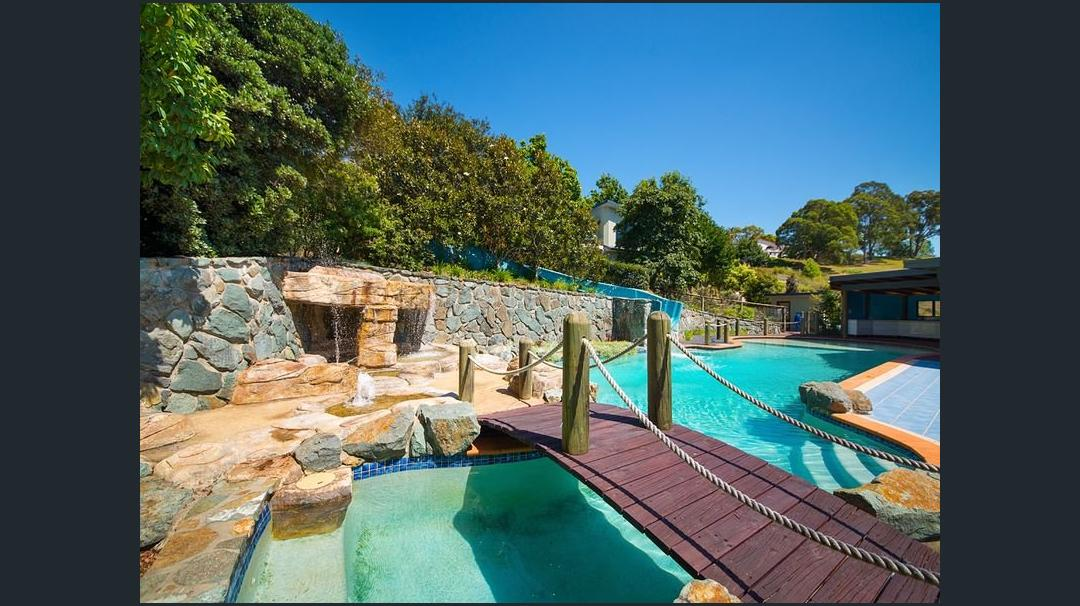 Bluestone poolside feature retaining wall