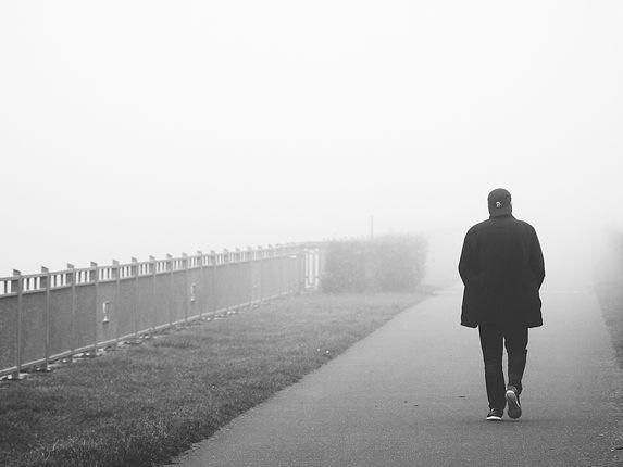 einsamer-mann-verschwindet-im-nebel