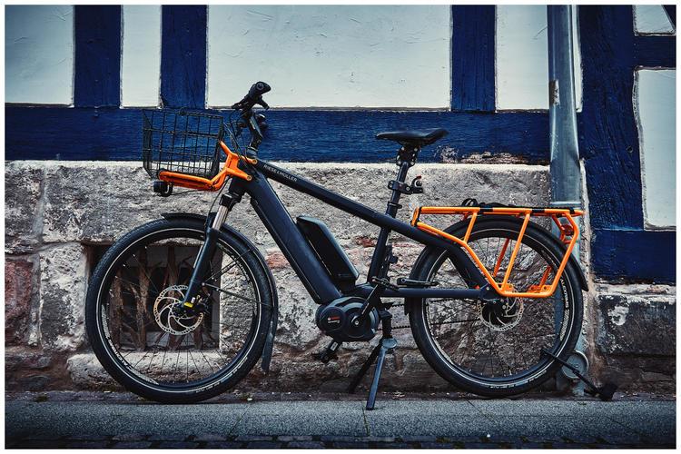 blau-orangenes-fahrrad-streetfotografie-wolfenbuettel