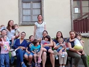 Madres jóvenes visitan la Casa de Alianza con sus familias.