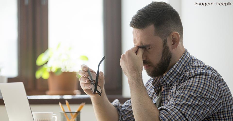 Condições da saúde mental, como depressão e ansiedade, podem acometer pessoas que sofrem com enxaqueca.
