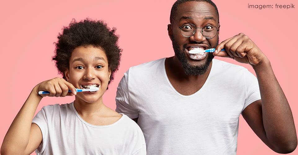 uso da mão não dominante para escovar os dentes