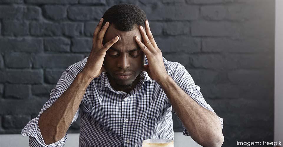 Os sintomas de cefaleia incluem incômodo com luzes, sons e cheiros.