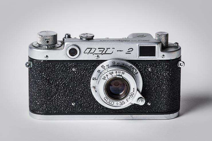 NIKON D5, ähem FED2 von 1955. Die FED Arbeitskommune (FED; russisch: Trudkommuna imeni F. E. Dserschinskowo) ist eine ukrainische Kamerafabrik in Charkiw, die nach Felix Dserschinski (1877–1926), dem Gründer des sowjetischen Geheimdienstes Tscheka benannt ist.