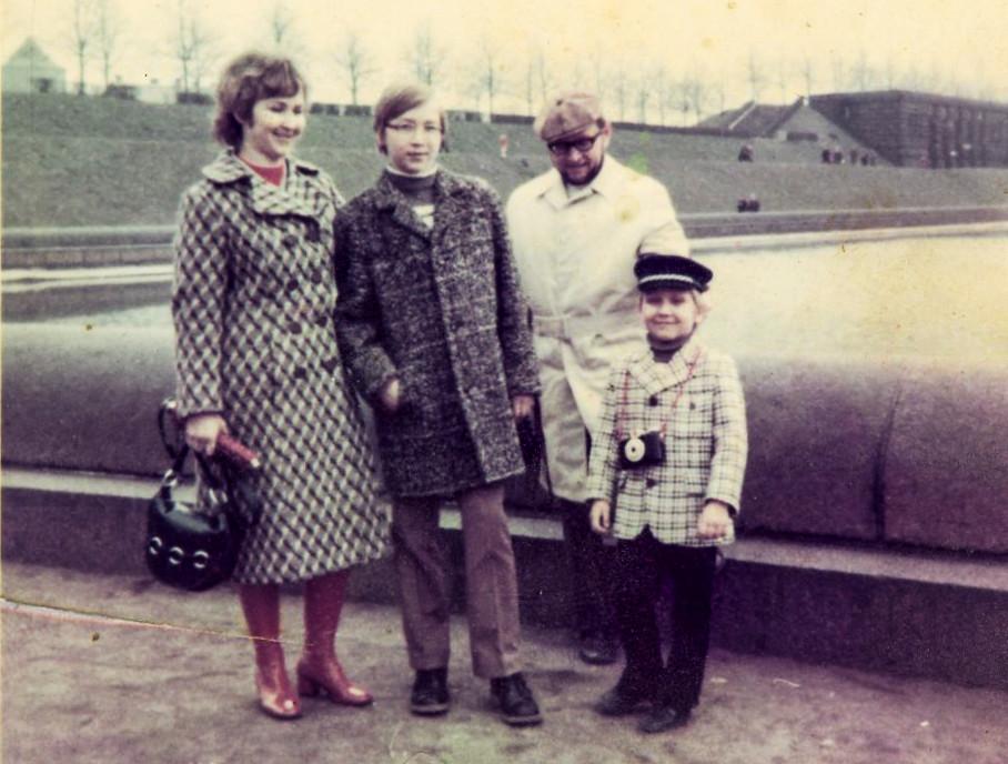 POUVA START: meine erste Kamera, Familie & ich1971 am Leipziger Völkerschlachtdenkmal Foto: Lotte Gückelhorn