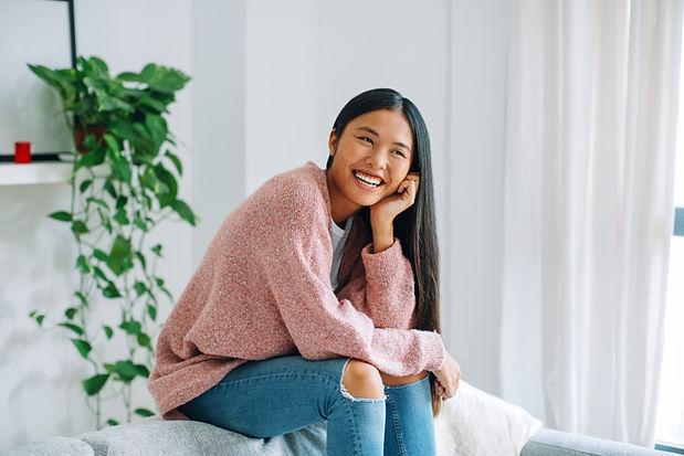 Mulher asiática de sorriso