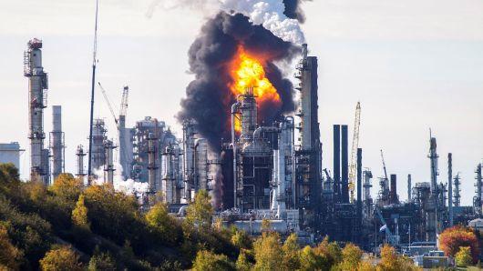 Lửa lớn được nhìn thấy ở hiện trường của một vụ cháy nổ nghiêm trọng tại nhà máy lọc dầu Irving Oil ở Saint John, New Brunswick vào ngày 08 tháng 10 2018
