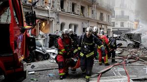 Nhân viên cứu hỏa giải cứu một người bị thương sau vụ nổ tại trung tâm thành phố Paris © AFP / Thomas SAMSON