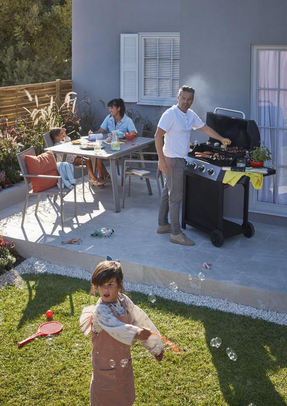 Inspire_Outdoor_FamilyGarden-Patio-WithModels-01PR_2019.jpg
