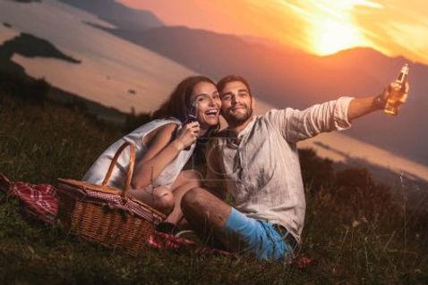 FotkyFoto_mlady-par-dobre-bavi-na-piknik
