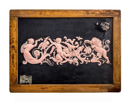Cenefa ornamental con lechuza, mangosta, paloma, perro y león