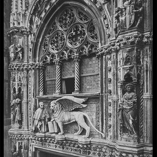 Parte superior de la Puerta de la Carta