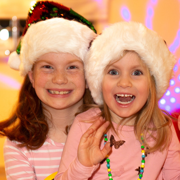 zwei fröhliche Weihnachtsmädchen