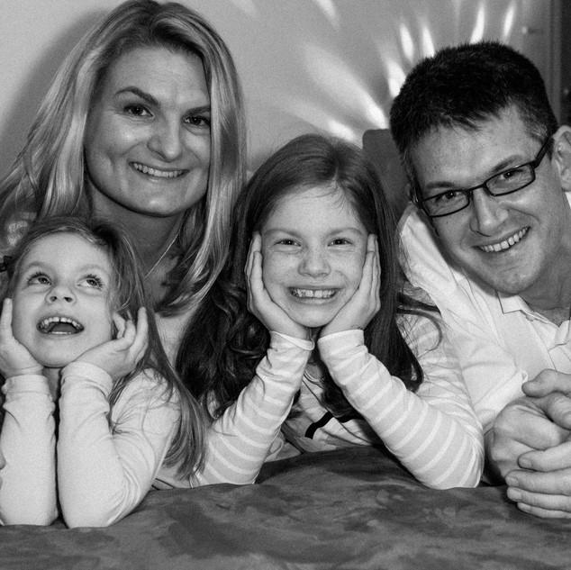 Laura und Thomas mit ihren Töchtern