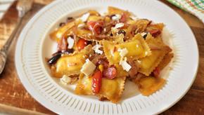 רביולי קלאסי עם בצל ועגבניות שרי צבעוניות מקורמלים בחומץ בלסמי בתנור