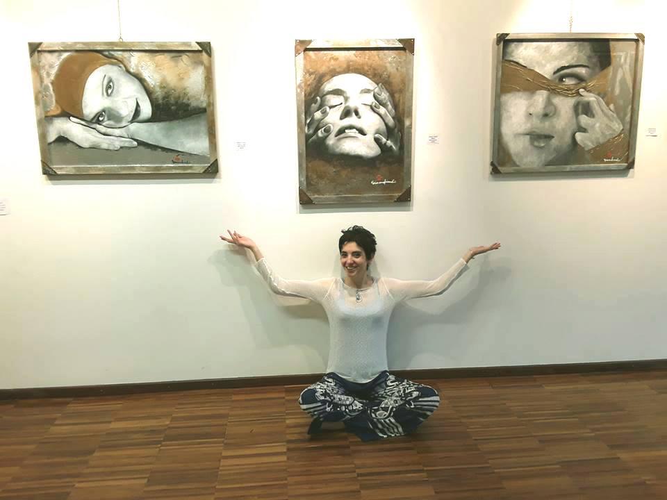 Con i quadri di Simona Fiandri, durante l'ultima edizione dell'evento di arte varia, 2017