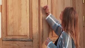 A campainha está quebrada, por favor bata bem forte no portão.