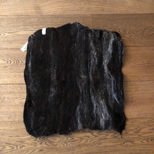 Middelgroot stuk vacht bruin met wit achterzijde.