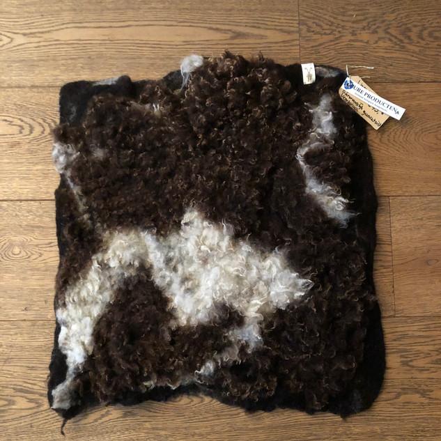 Middelgroot stuk vacht bruin met wit.