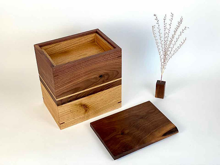 Urn with nesting keepsake tray