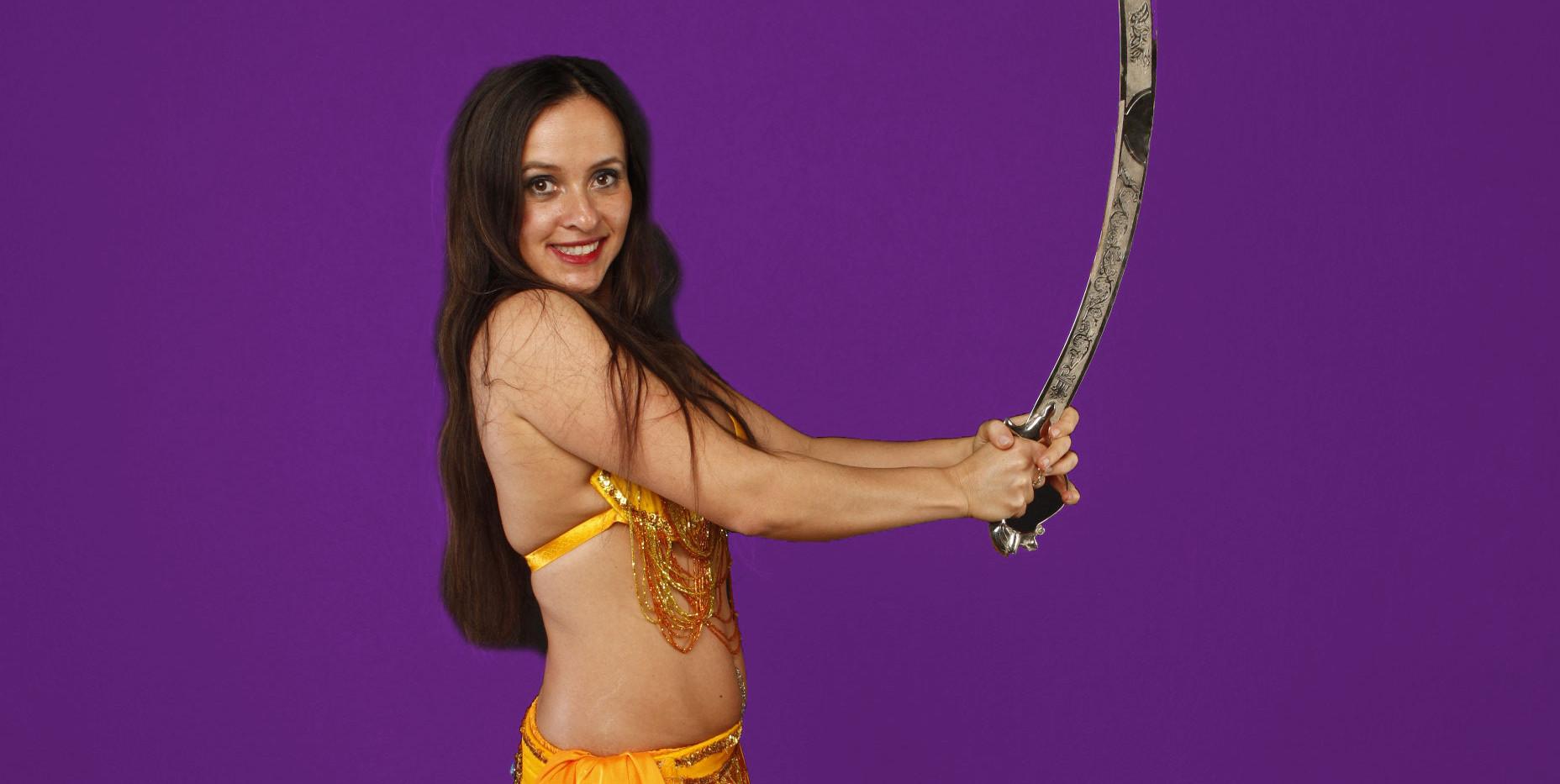 Dunya mit Schwert