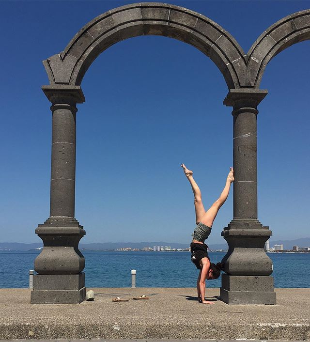 #handstand #malecon #puertovallarta #mexico #yogalife #arch #yoga #yogi #yogaeverydamnday #igyoga #y