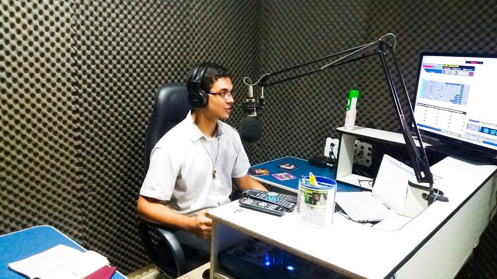 Seminarista Roger Mello, membro da Pascom Diocesana durante programa de Rádio.