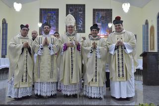 Para amar e servir: Dom Adair celebra ordenações em Rubiataba
