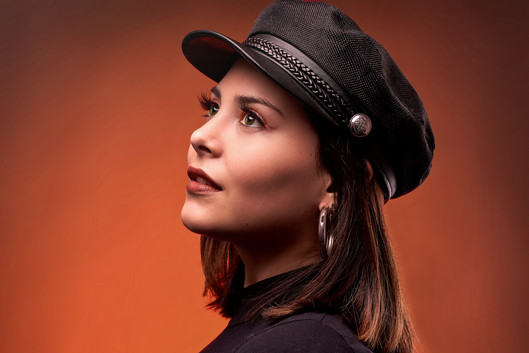Melina retrato primer plano gorra en est